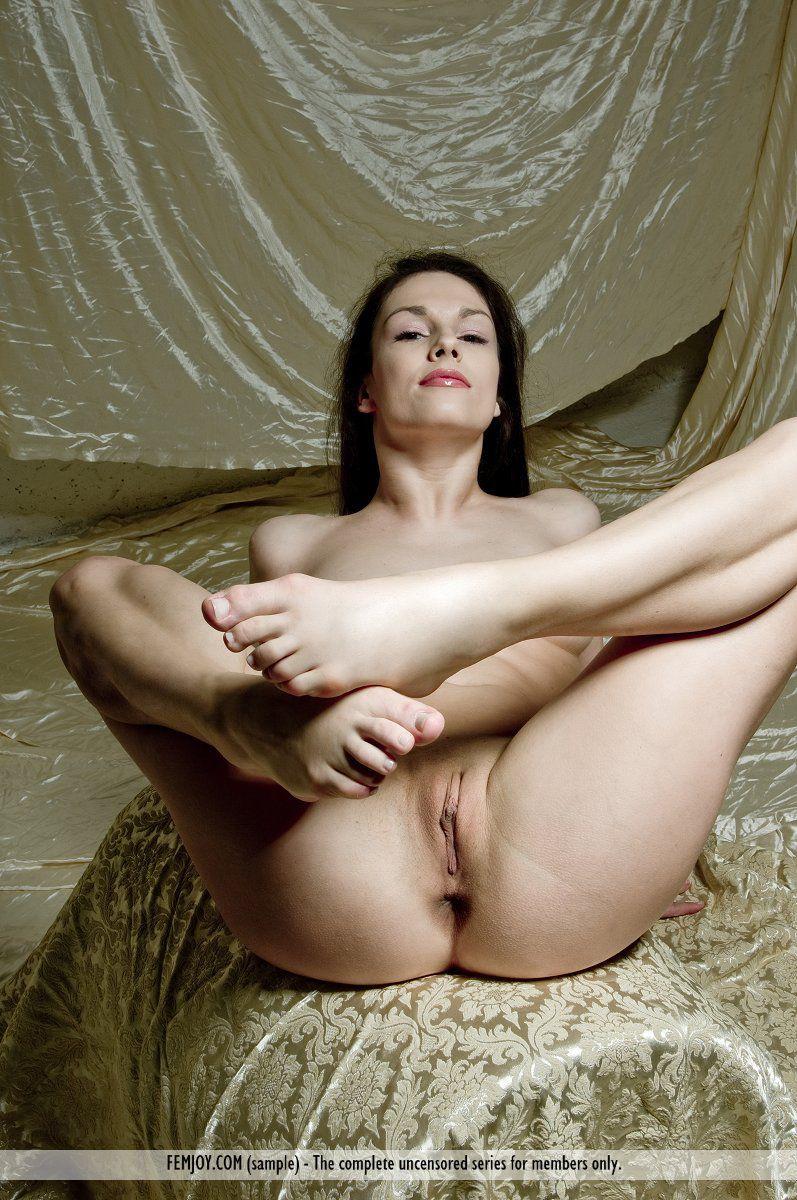 Взрослая русая порноактрисса Edessa Femjoy обнажает свою гибкость и разводит ножки для фотосессии