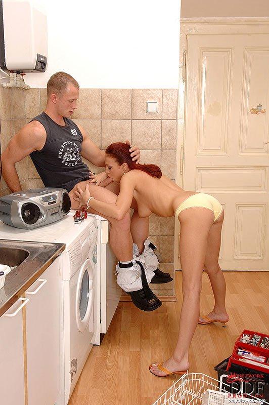 Голодная до кончи европейская рыжеволосая красавица Kristine делает минет счастливому парню