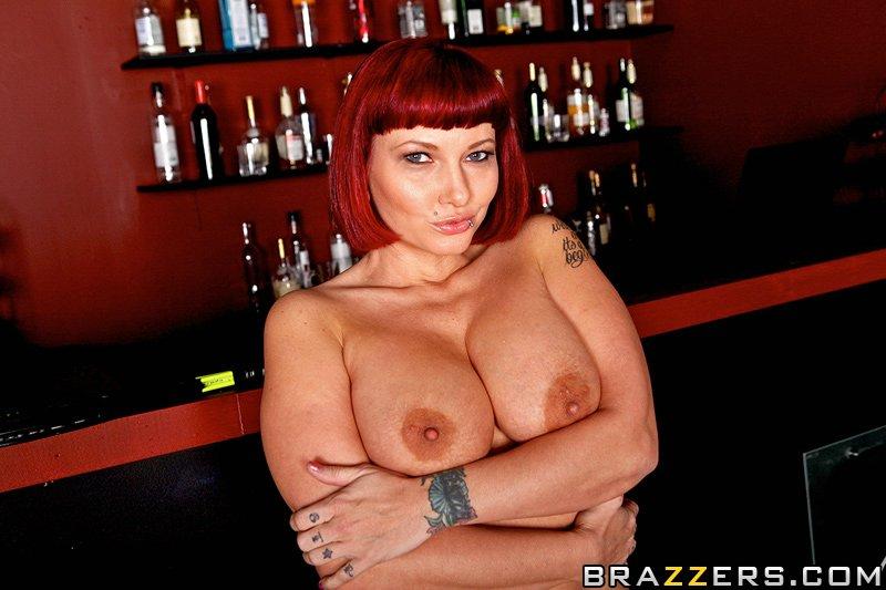Рыженькая Carrie Ann с гламурной грудью и татуированной спиной вытрахана в душе