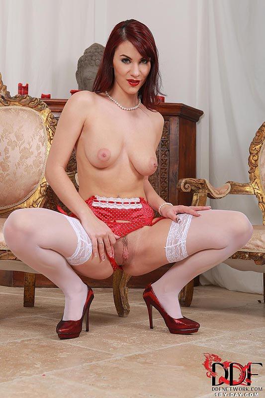 Грудастая рыжая модель Roxy Mendez более чем готова к мастурбации