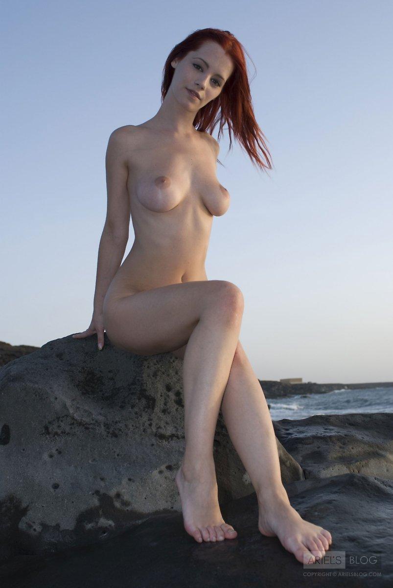 Рыжеволосая топ-модель Piper Fawn показывает каждый сантиметр своего прекрасного голого тела на камне