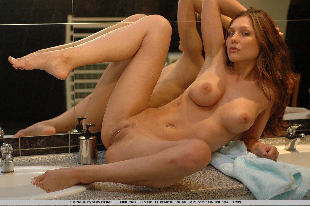 Рыжая милашка Zenia Nubiles играется в душевой, смотря на себя в зеркало