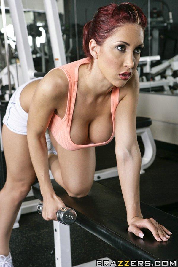 Грудастая красотка Kylee Strutt стягивает шорты и дрочит писю в спортзале