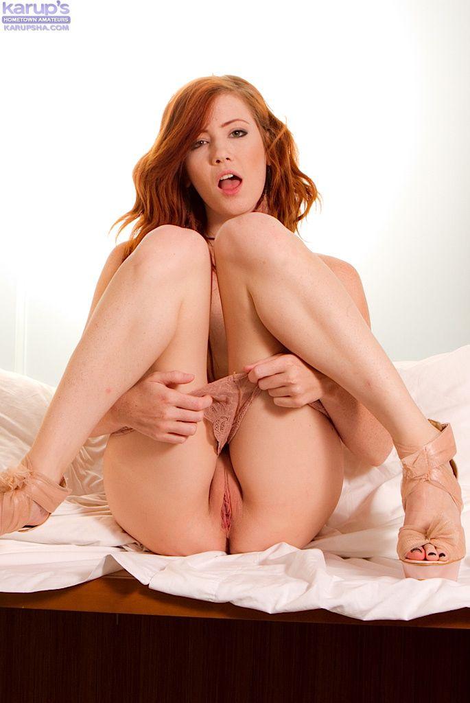Хорошенькая рыженькая Elle Alexandra с роскошными ногами и крохотными сиськами позирует голенькой на высоких каблуках