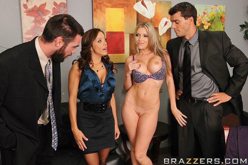 Откровенные тёти Courtney Cummz и Francesca поеблась с Двумя парнишками в кабинете