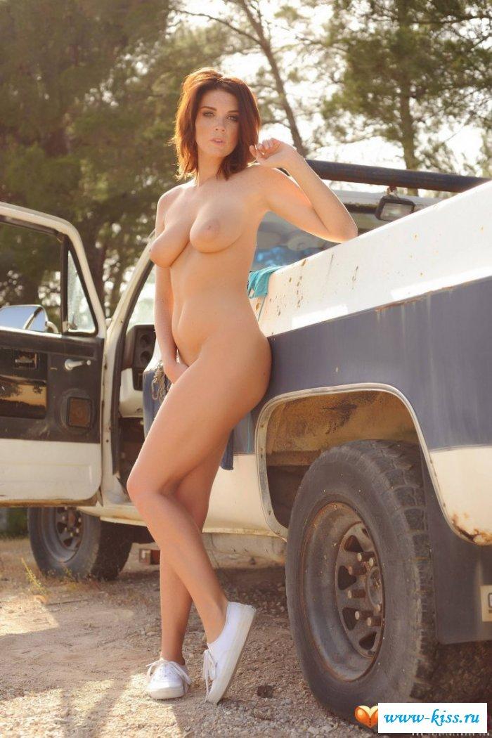 Обнаженная девушка не скучает в автомобиле