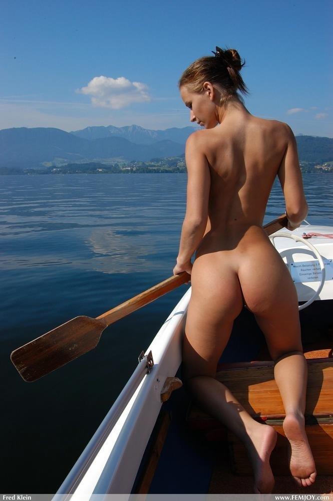 Обнаженная брюнетка в лодке