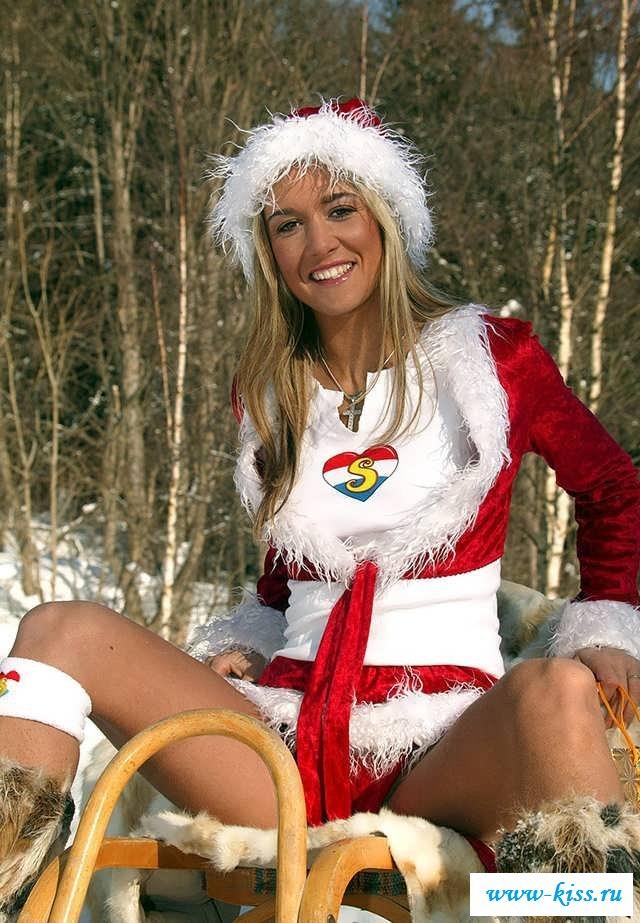 Новогодняя деваха с голой пилоткой на холоде