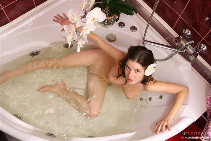Обнаженная топ-модель принимает в ванну с букетом цветов секс секс фото