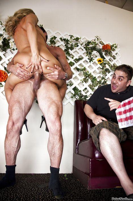 Мужчина дает в рот симпатичной xxx звезде Bree Olson и трахает на весу Интим фото