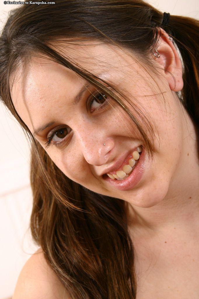 Красотка с хвостиками и натуральными буферами Ashley Jordan показывает свою письку на софе
