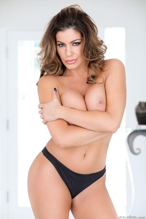 Возбуждающее Порно фото порно сисятой стройняшки Nikki Capon с обнаженной киской