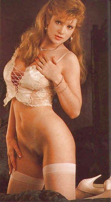 Ретро красотка гламурно фоткается всеми всеми своими сиськами в обнаженном виде и хорошо видно мокрую вагину