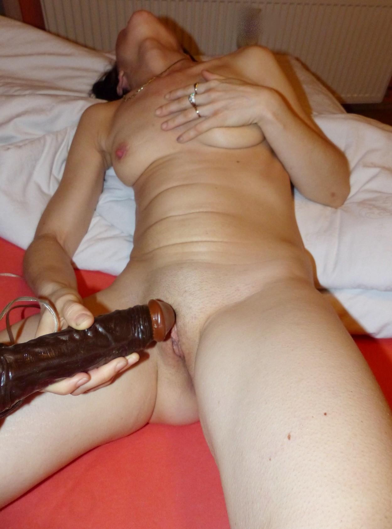 Сожительница доводит себя до оргазма черным фальшивым пенисом