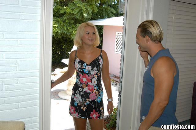 Молоденькая модель со свелыми волосами пришла к соседу и сделала ему минет