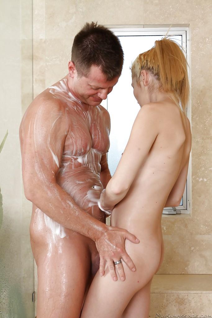 Массажистка сделала минет клиенту на сеансе в ванной
