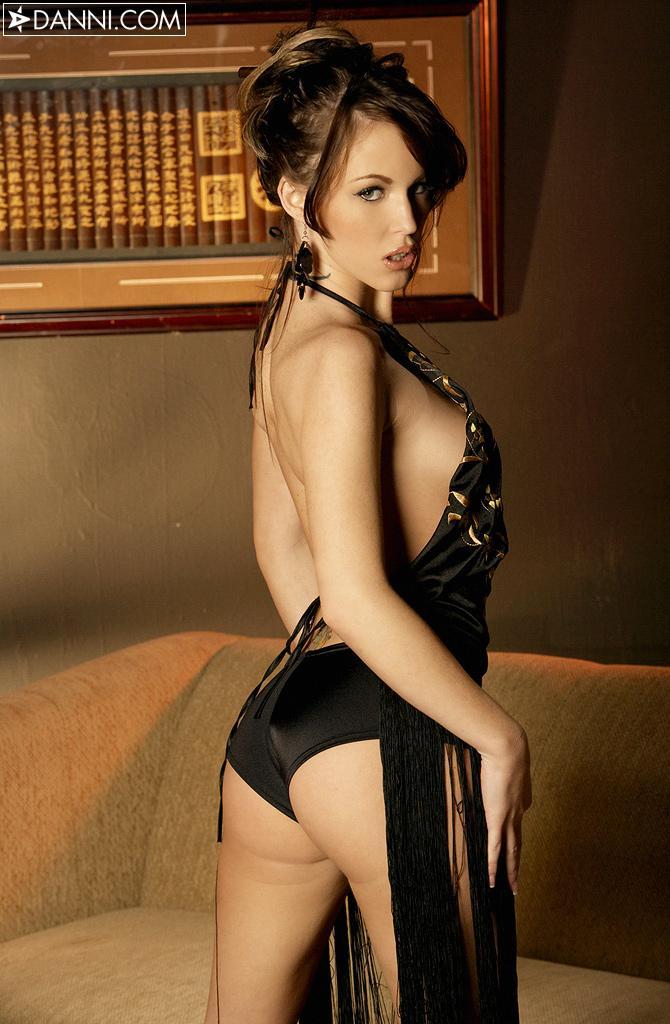 Элегантная детка со спортивным туловищем Jenna Presley стягивает темную одежду и оголяет киску