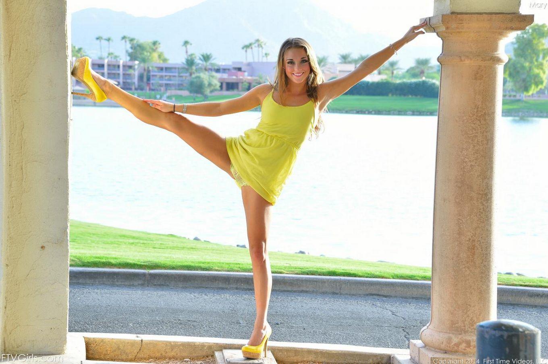Возбужденная гимнастка Marry Lynn показывает спортивные навыки и трахает дилдо свою обнаженную пизду на открытом воздухе