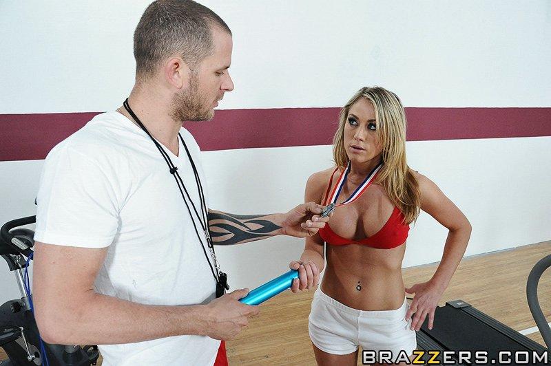 Спортсменка Amber Ashley с великолепными буферами и попой оттрахана парнишкой с огромным членом