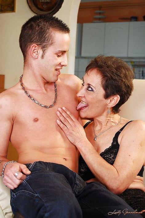 Кавалер зажигает с бабушкой и после порева в волосатую писю кончает на лицо