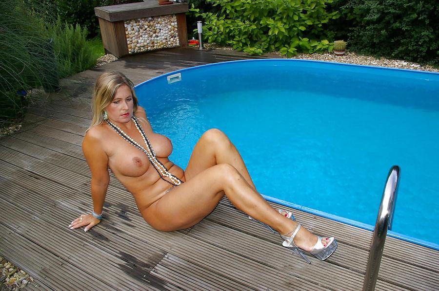 Взрослая красивая мамаша у бассейна