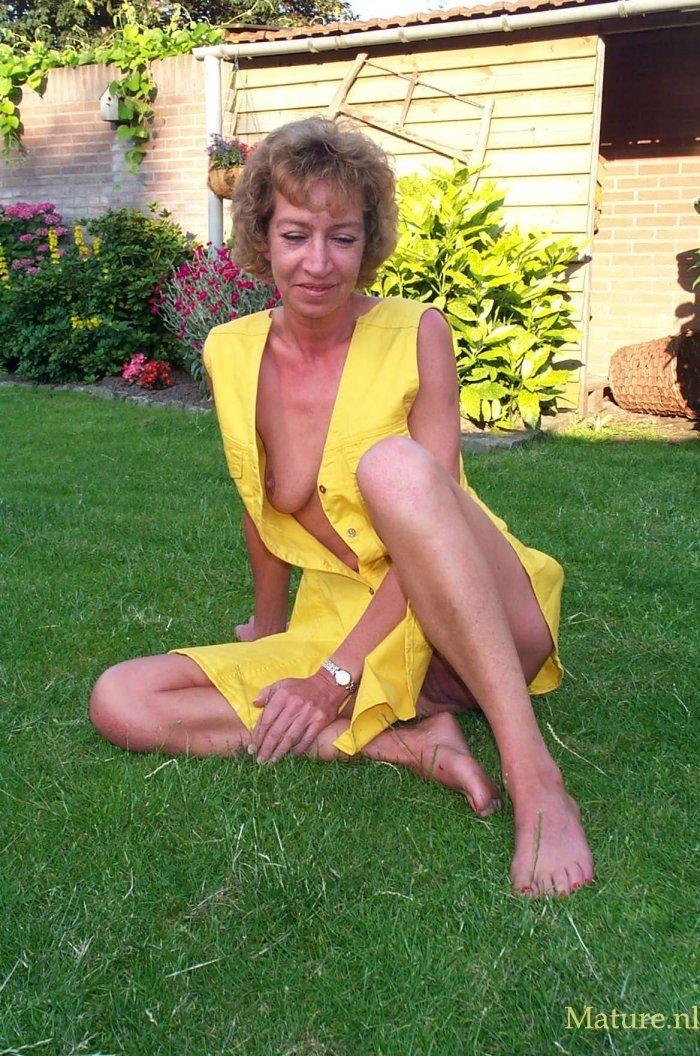 Возрастная оголяет вагину во дворе