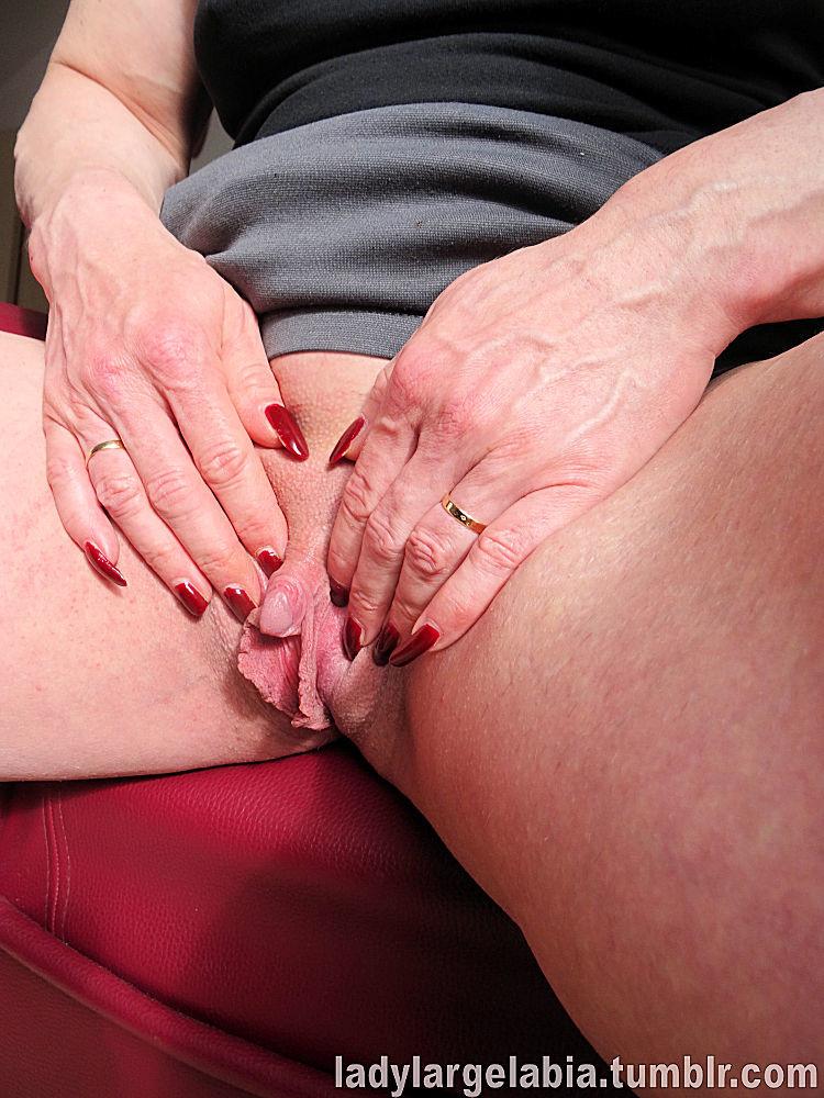 Большой клитор пожилой особы женского пола крупным планом