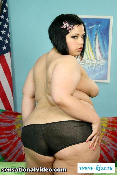Обнаженная мясистая американка с татуировками