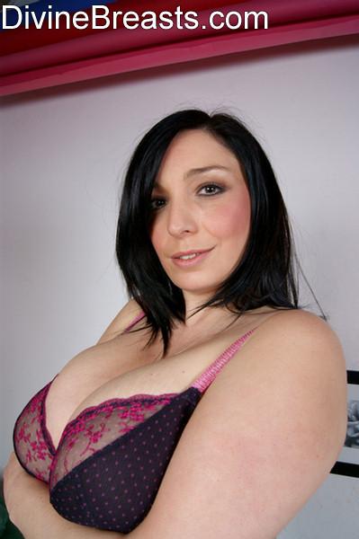 Мишель показывает громадную натуральную грудь