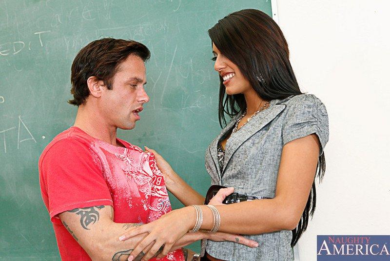 Крепкая мулатка в гетрах Lyla Storm бьется в конвульсиях на крепком хере в классе