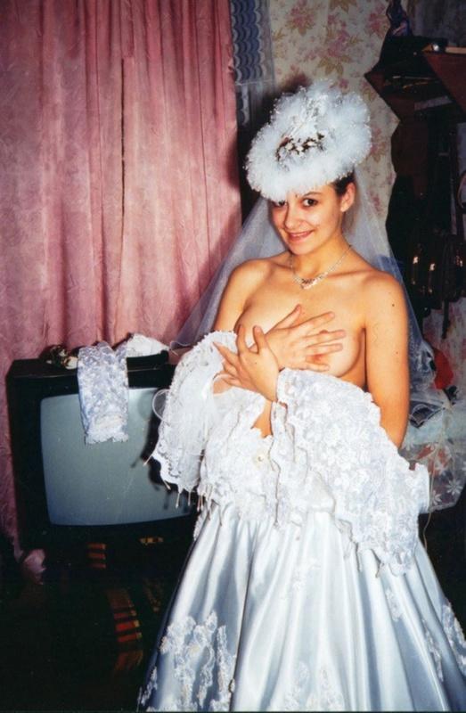 Советская девушка примеряет свадебное платье и шубу на голое тело
