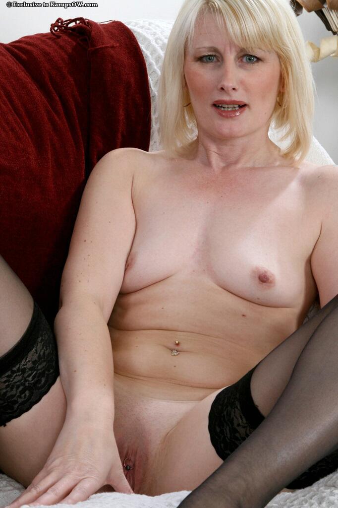 Возрастная светлая модель с розовой пиздой Sally Taylor в черных чулочках спускает свои красные трусики