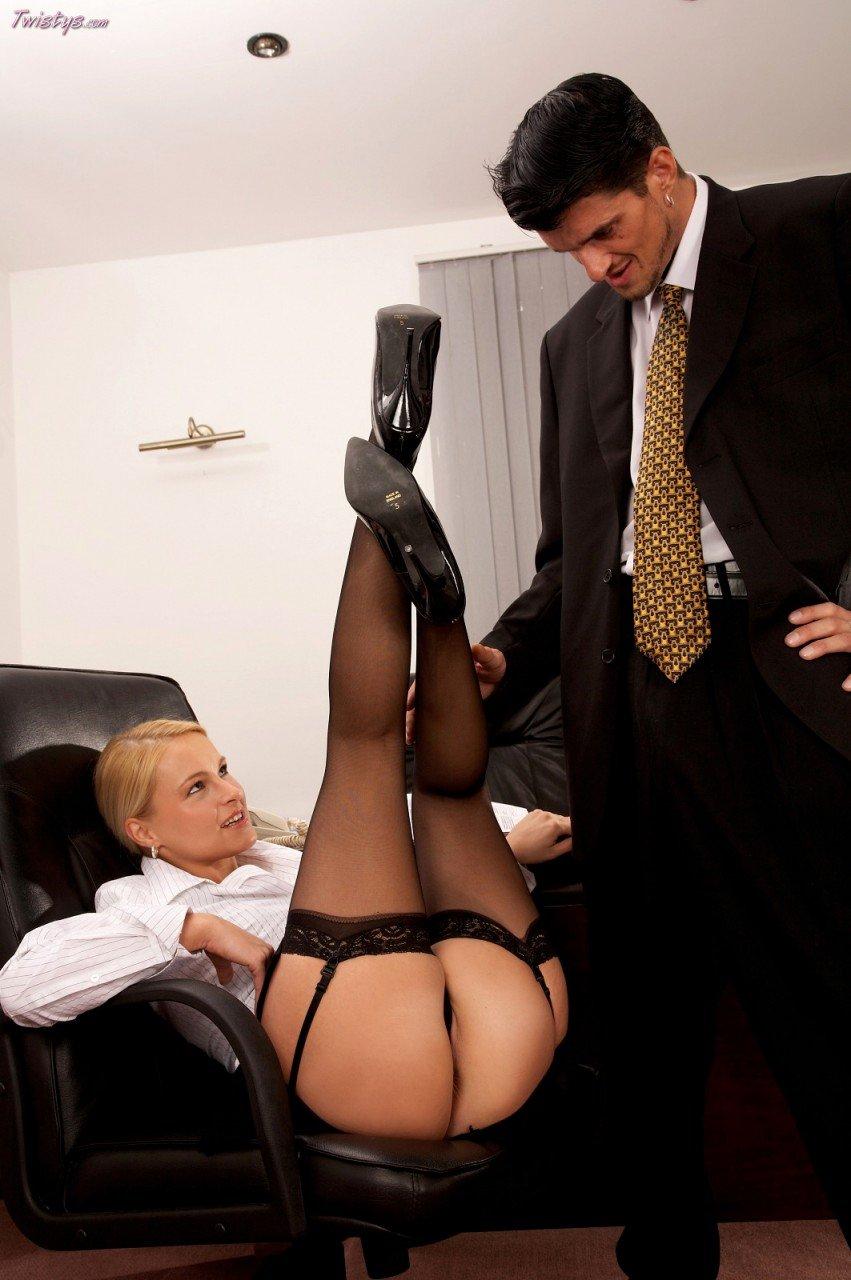 Светлая порно звезда в чёрных гольфах Nikki Sun грубо занимается любовью в офисе и получила порцию спермы