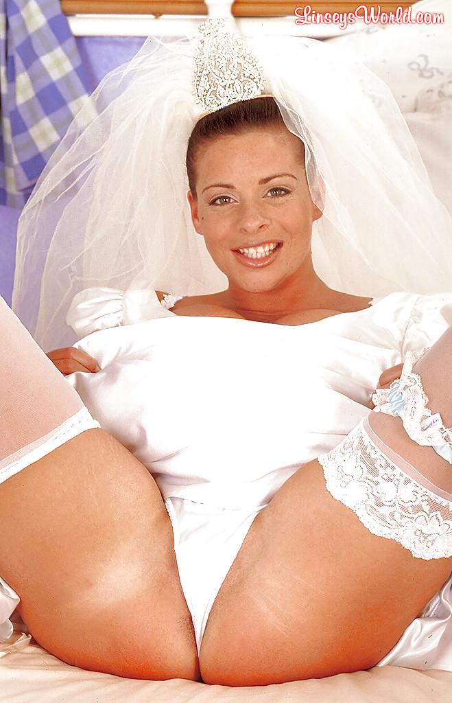 Linsey Dawn McKenzie в свадебном платье обнажает грудь и дрочит пилотку