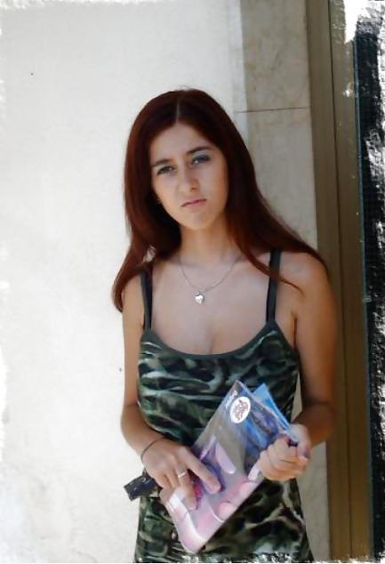 Горячие снимки русской брюнетки с большими грудями в номере отеля