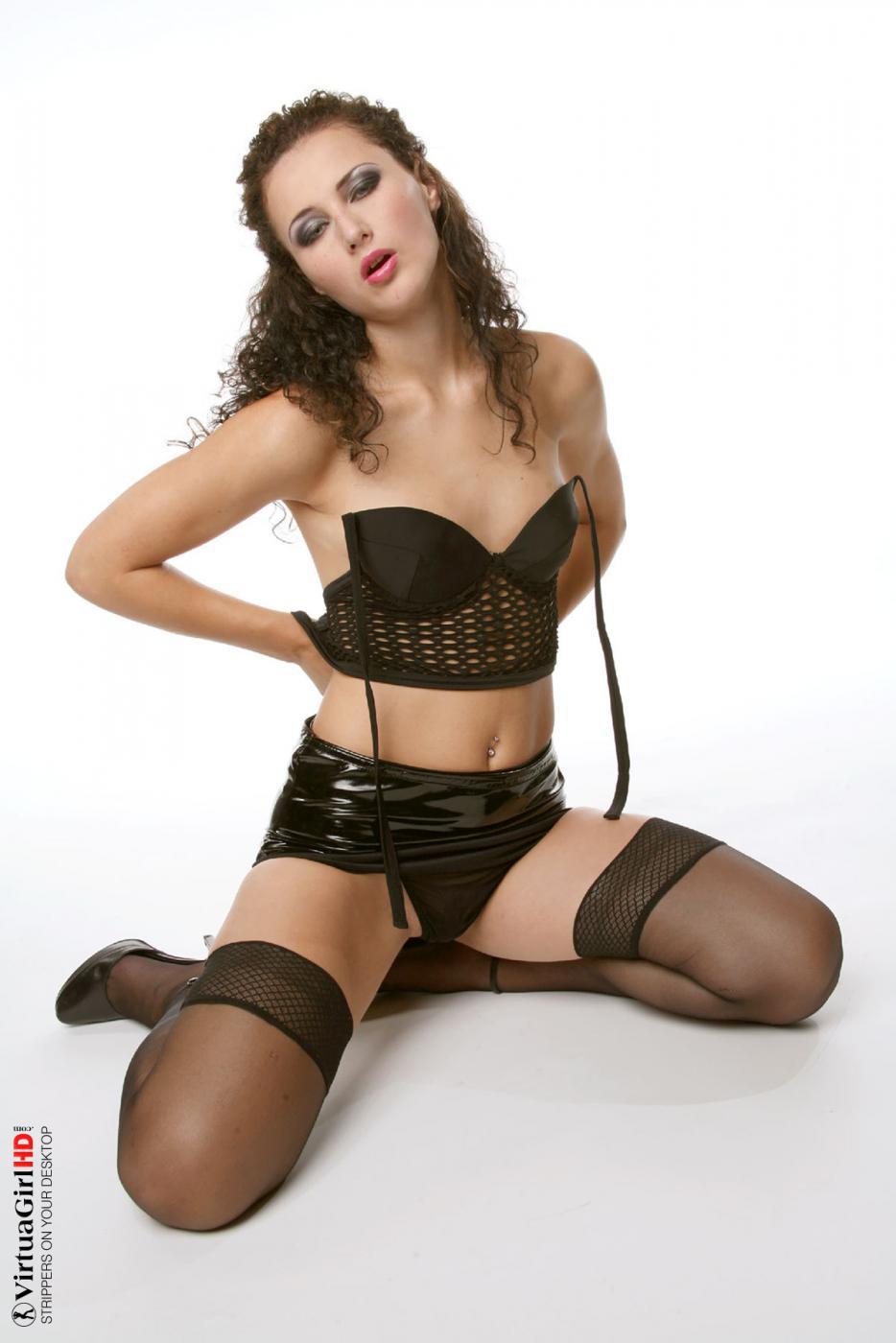 Милая русая порноактрисса в чулках Andrea Drapelova обнажает голые сиськи и пизду
