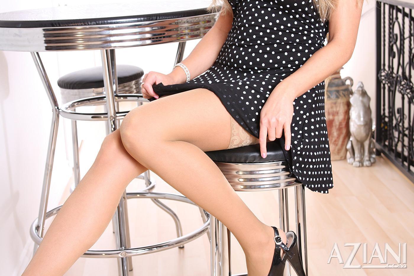 Светловолосая телка в игривых тонких носках - Sue Diamond, стаскивает белоснежные бикини и элегантное черное платье