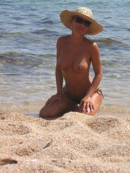 Нудистка принимает солнечные ванны на солнышке и позирует в своей комнате на камеру