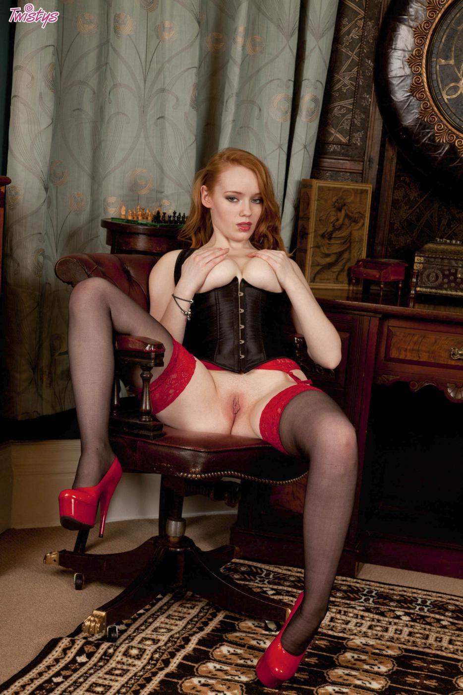 Рыжеволосая детка в белье и чулочках Kloe Kane снимает шелковые бикини и показывает пилотку