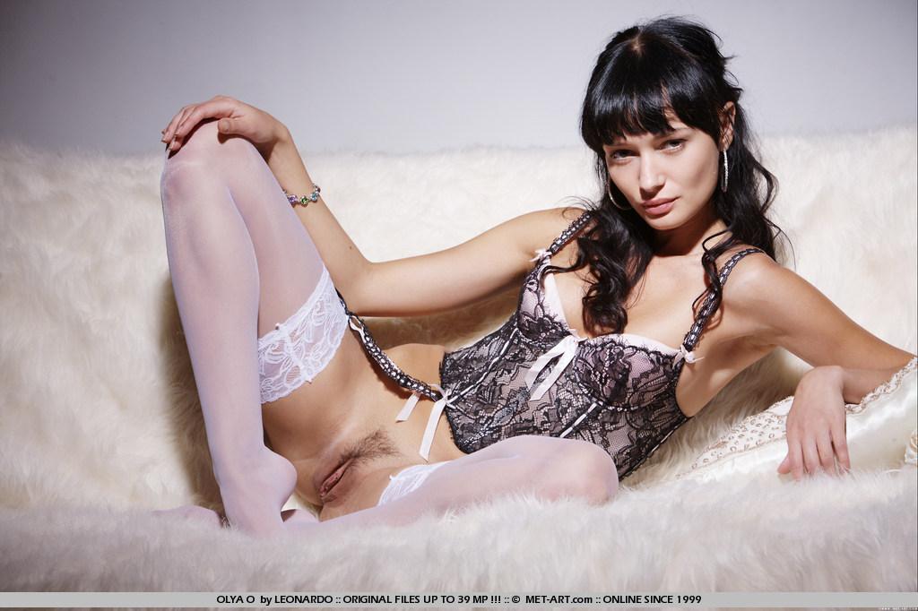 Стройная темноволосая девка Kali Nubiles в эротическом белье и белых носках блистает своей голой пиздой