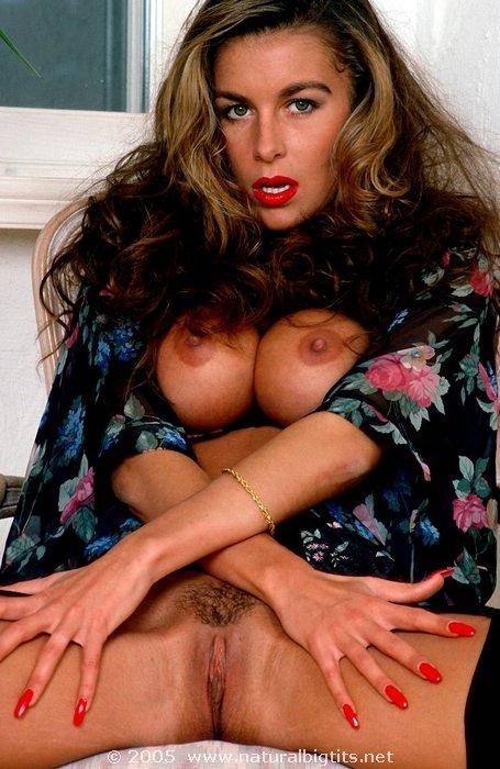 Соблазнительная девка в эротическом белье показывает перед объективом свои груди