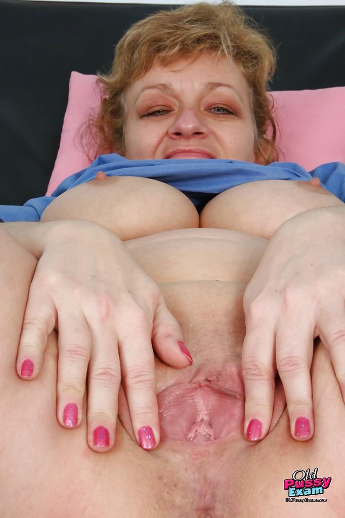 Толстопопая медсестра в возрасте проверила свою вагину на койке