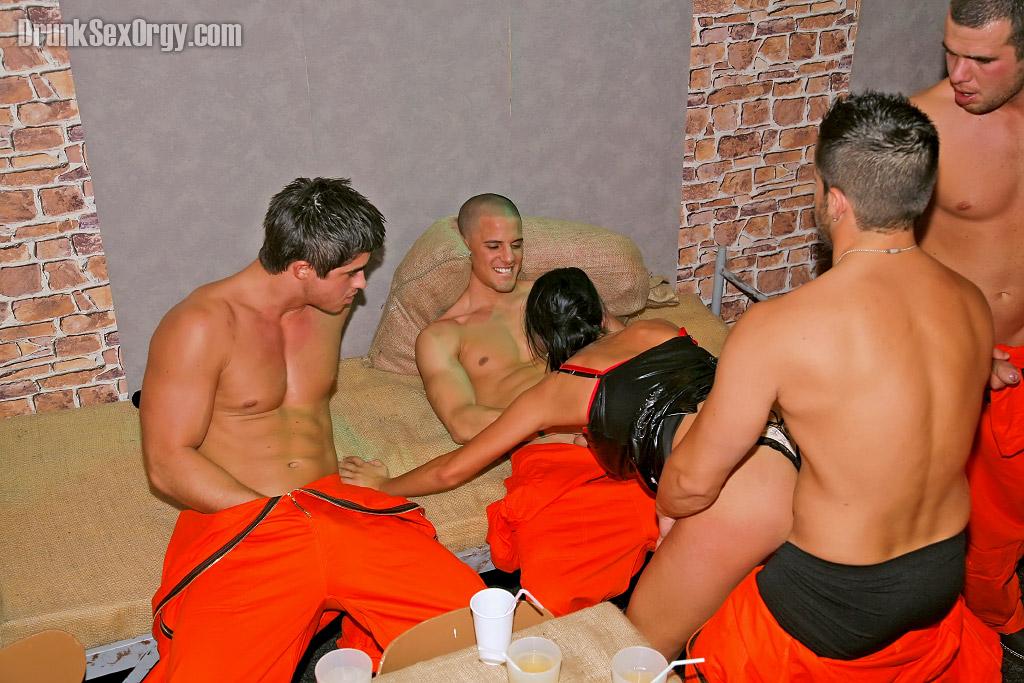 Ебля заключённых с тёлками за решеткой