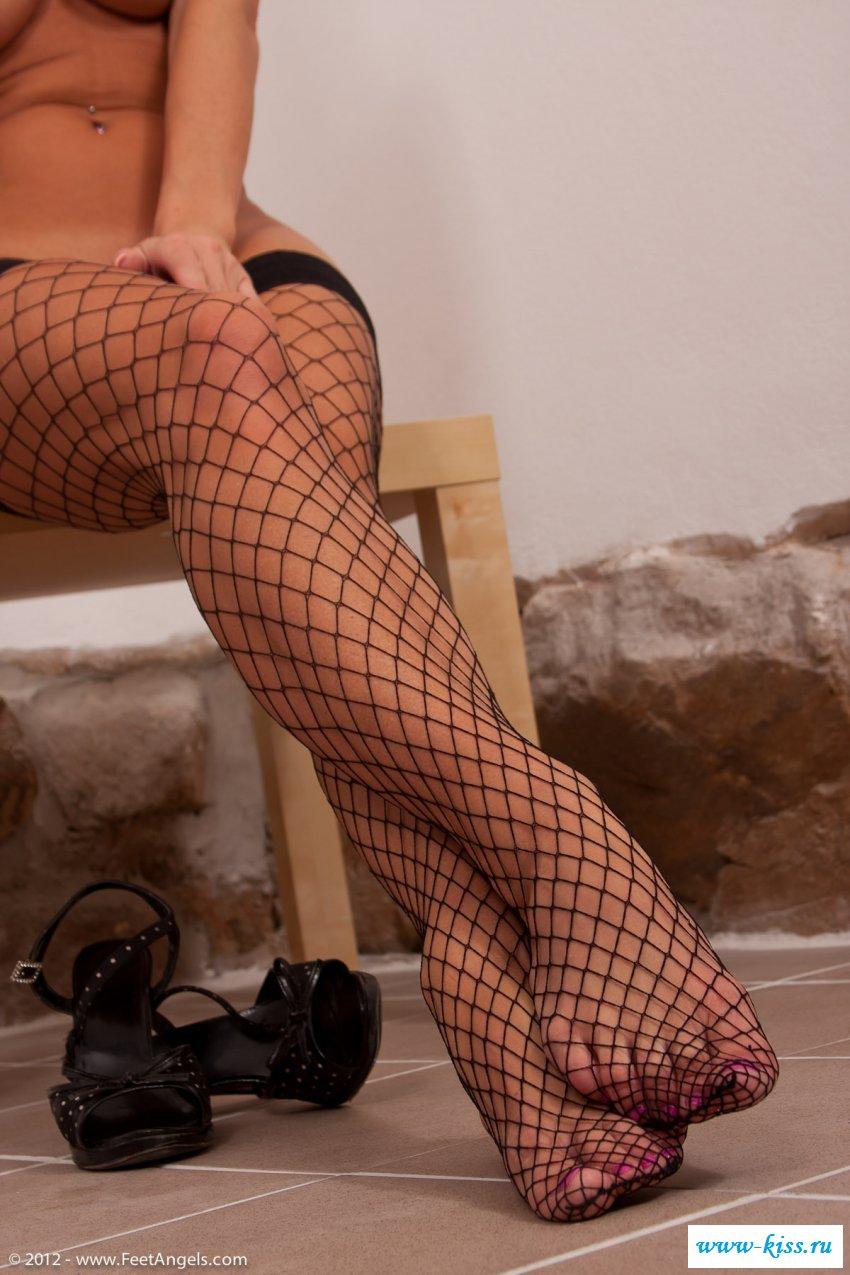 Симпатичные ножки обнажённые в чулках