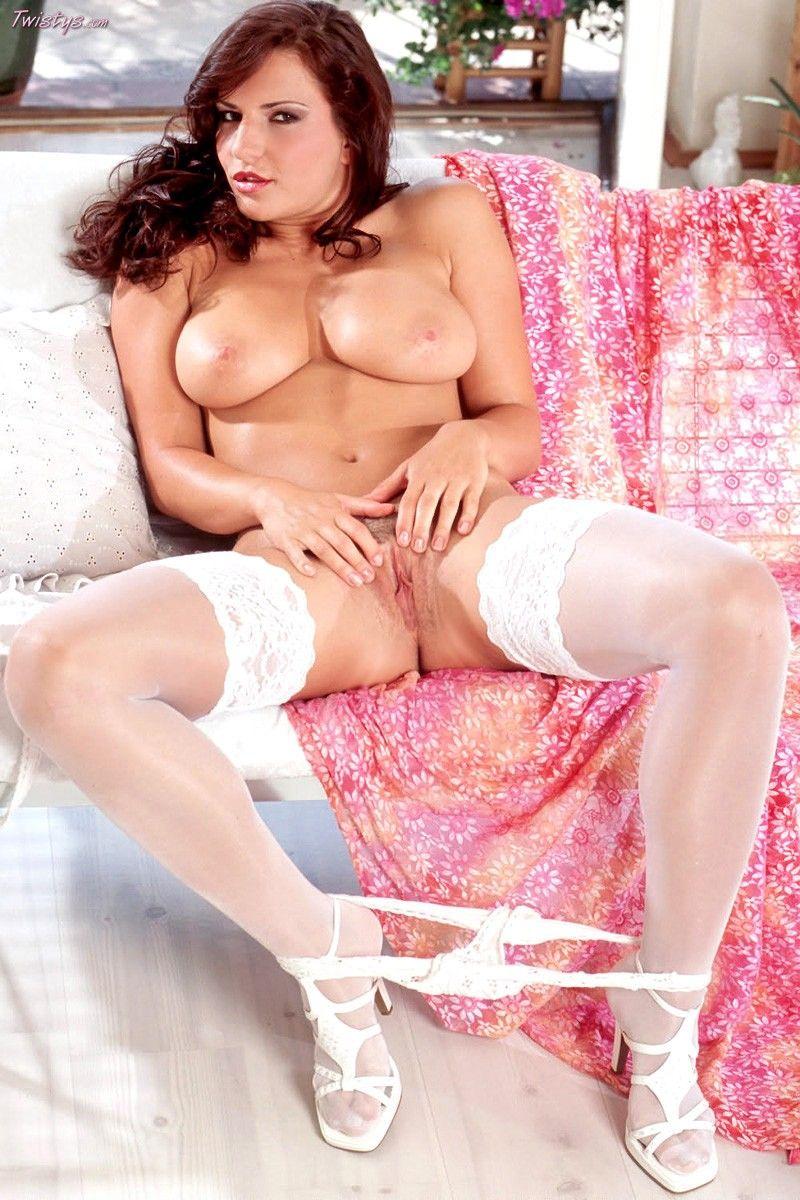 Рыжая милашка в белых чулочках Carmella Twistys обнажает попку и пилотку с лучших сторон