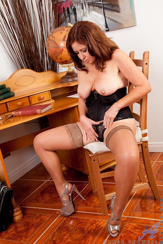 Взрослая рыжая особа женского пола играется со своим торсом