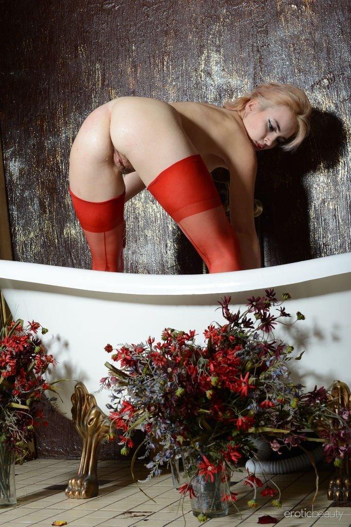 Тёлка подмывается прямо в красных чулках и при этом не забывает фотографироваться специально для оголодавших пацанов