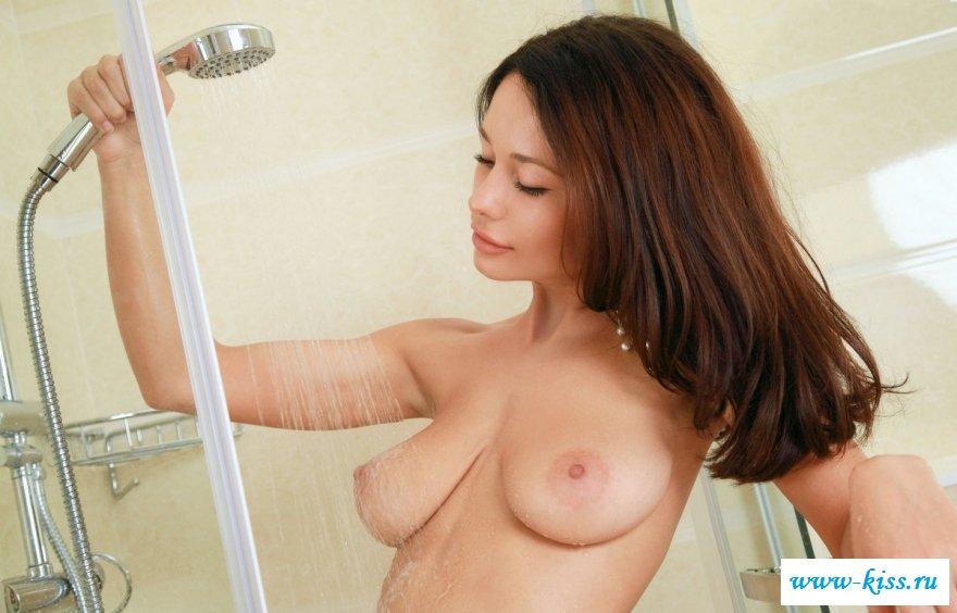 Баба купает сногсшибательное туловище в ванной