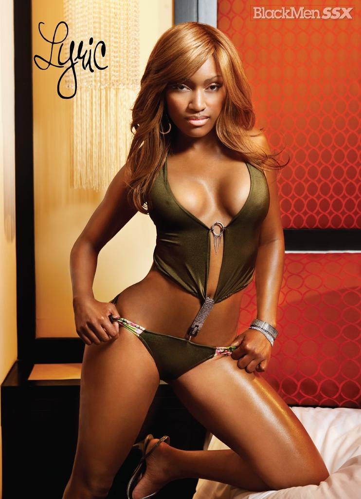 Эффектная красотка-негритянка с хорошей формы попой и гигантскими сисяндрами Lyric BMD принимает душевую
