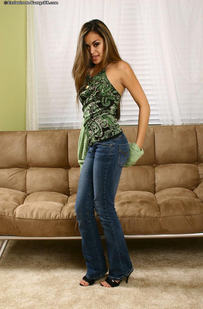 Экзотическая стройная баба Michelle Maylene стаскивает свои джинсы и снимает черные трусики